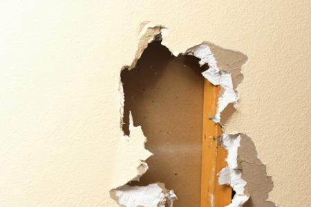 muro in cartongesso rotto